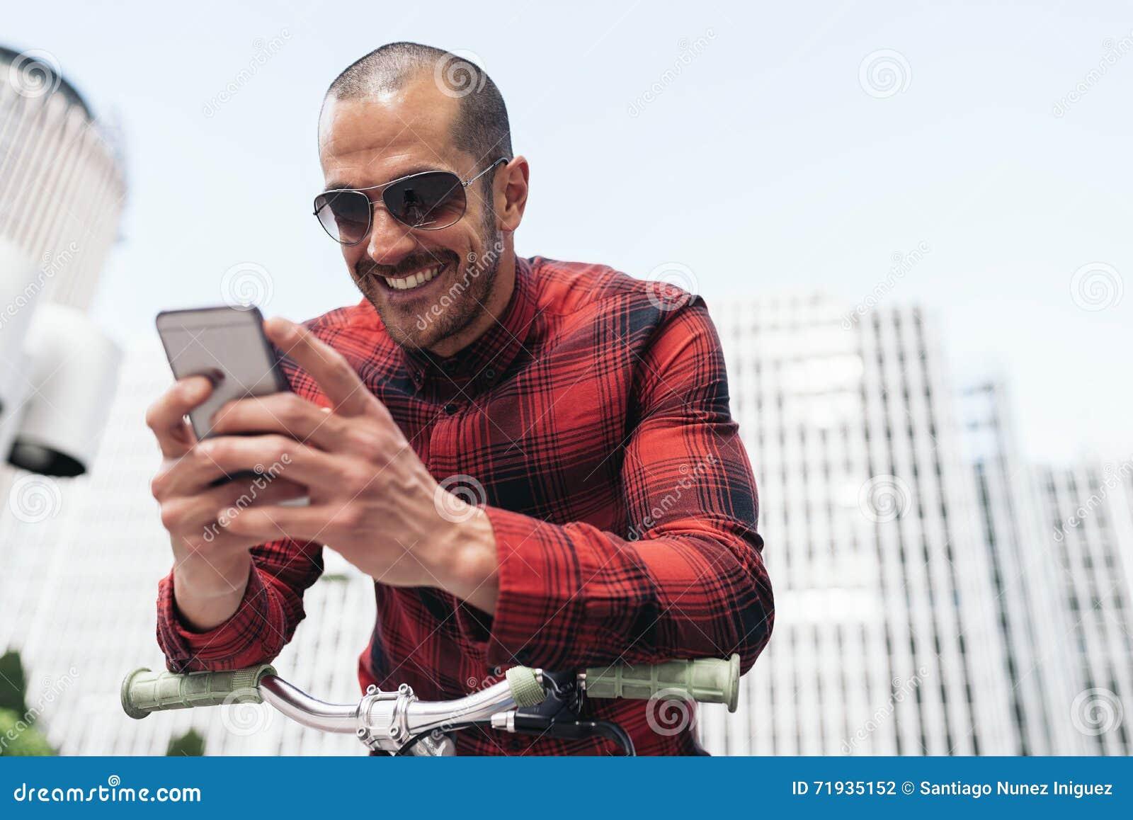Молодой человек используя его чернь в улице