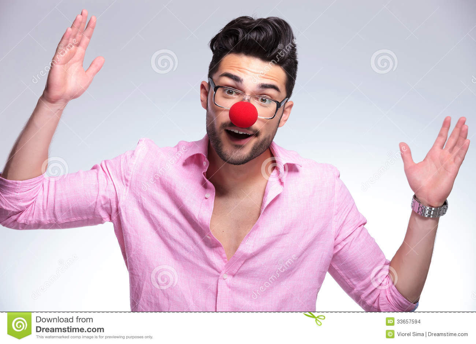 Молодой человек моды с красным носом делает жест