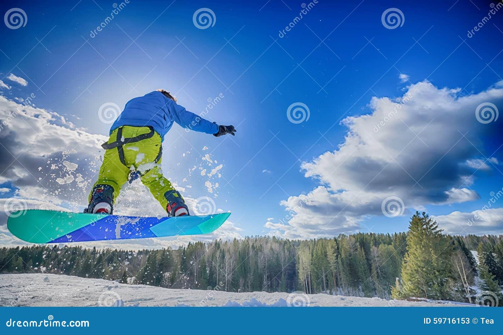 Молодой человек на сноуборде