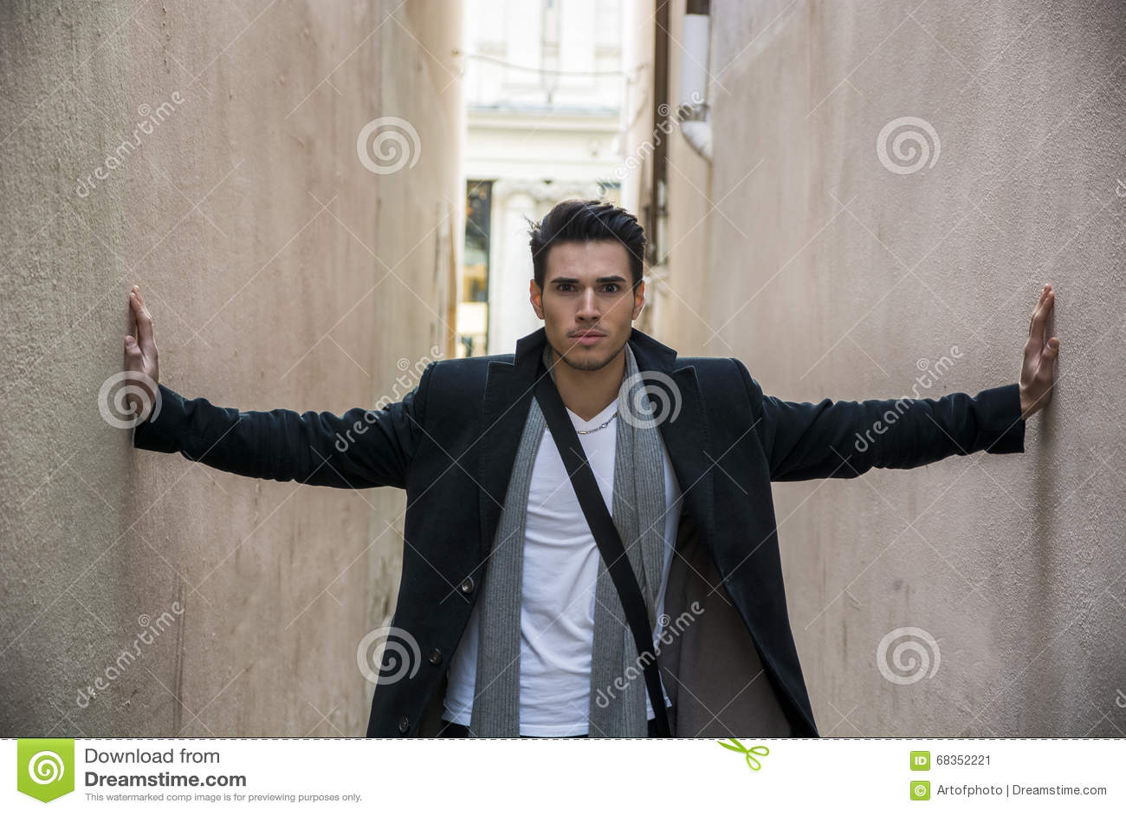 Молодой человек отжатый между 2 стенами Утеснение, тревожность