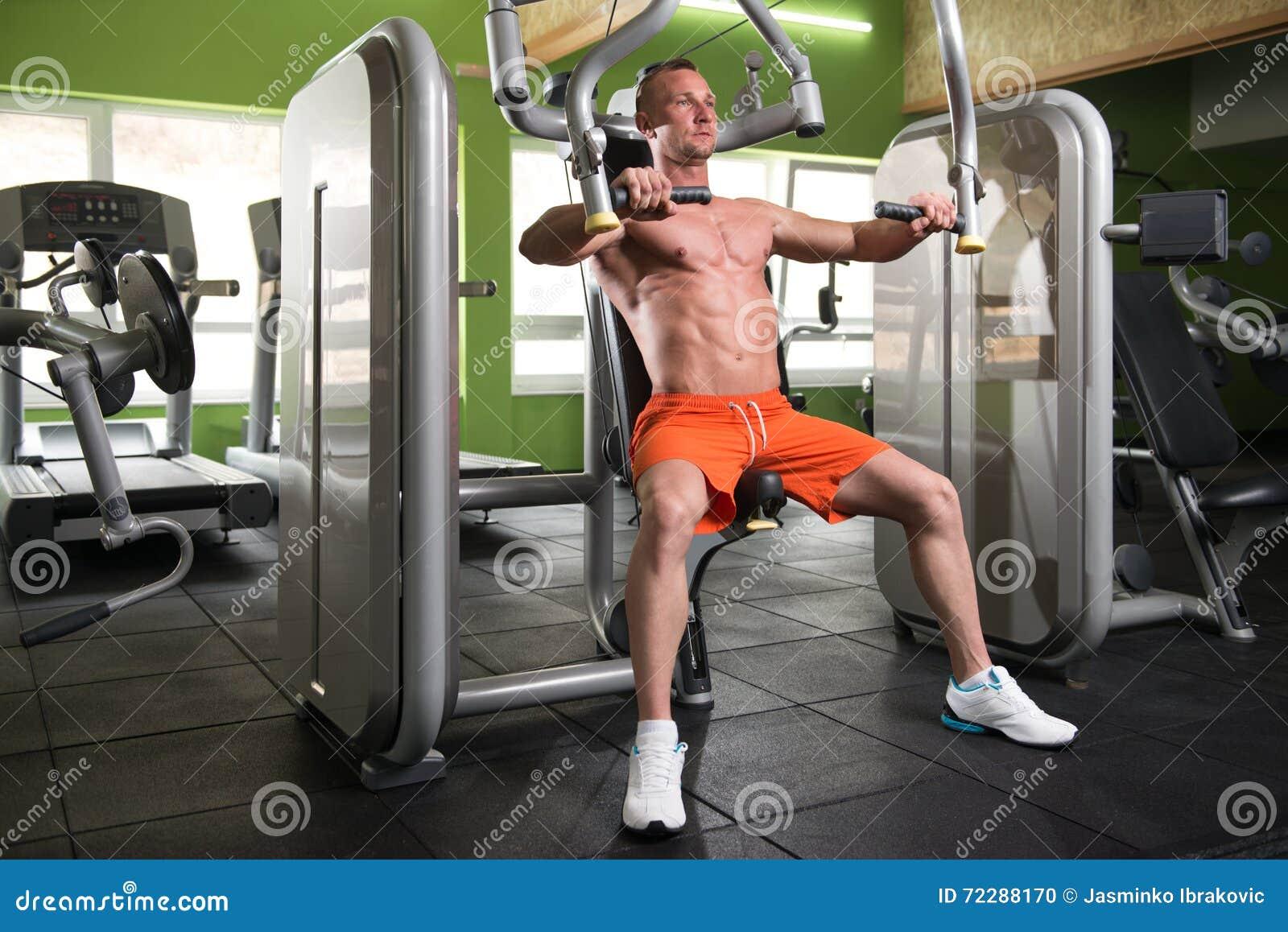 Download Молодой человек работая комод в спортзале Стоковое Фото - изображение насчитывающей indoors, строения: 72288170