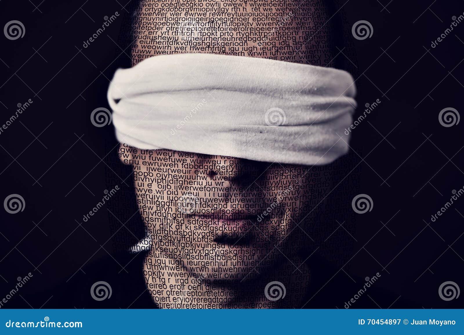 Молодой человек с безпассудством в его наблюдает