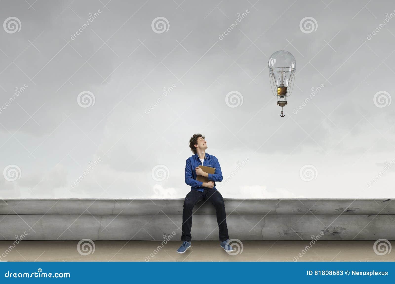Молодой человек с книгой Мультимедиа