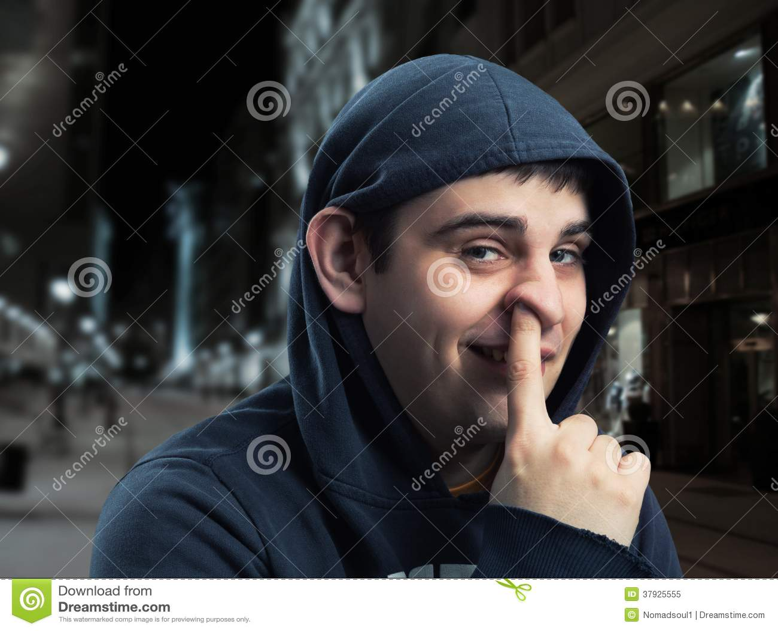 Молодой человек с пальцем в его носе
