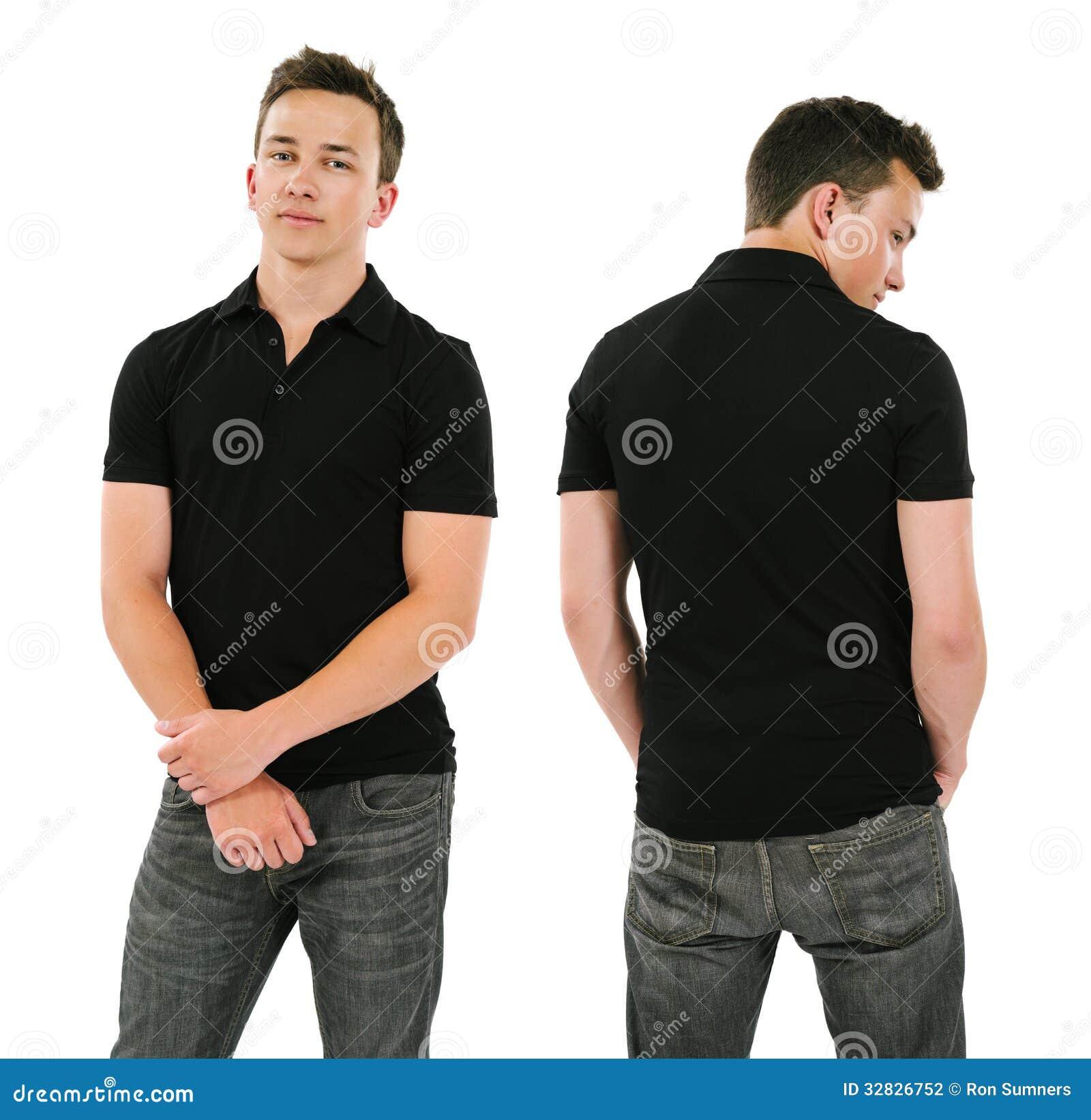 Молодой человек с пустой черной рубашкой поло