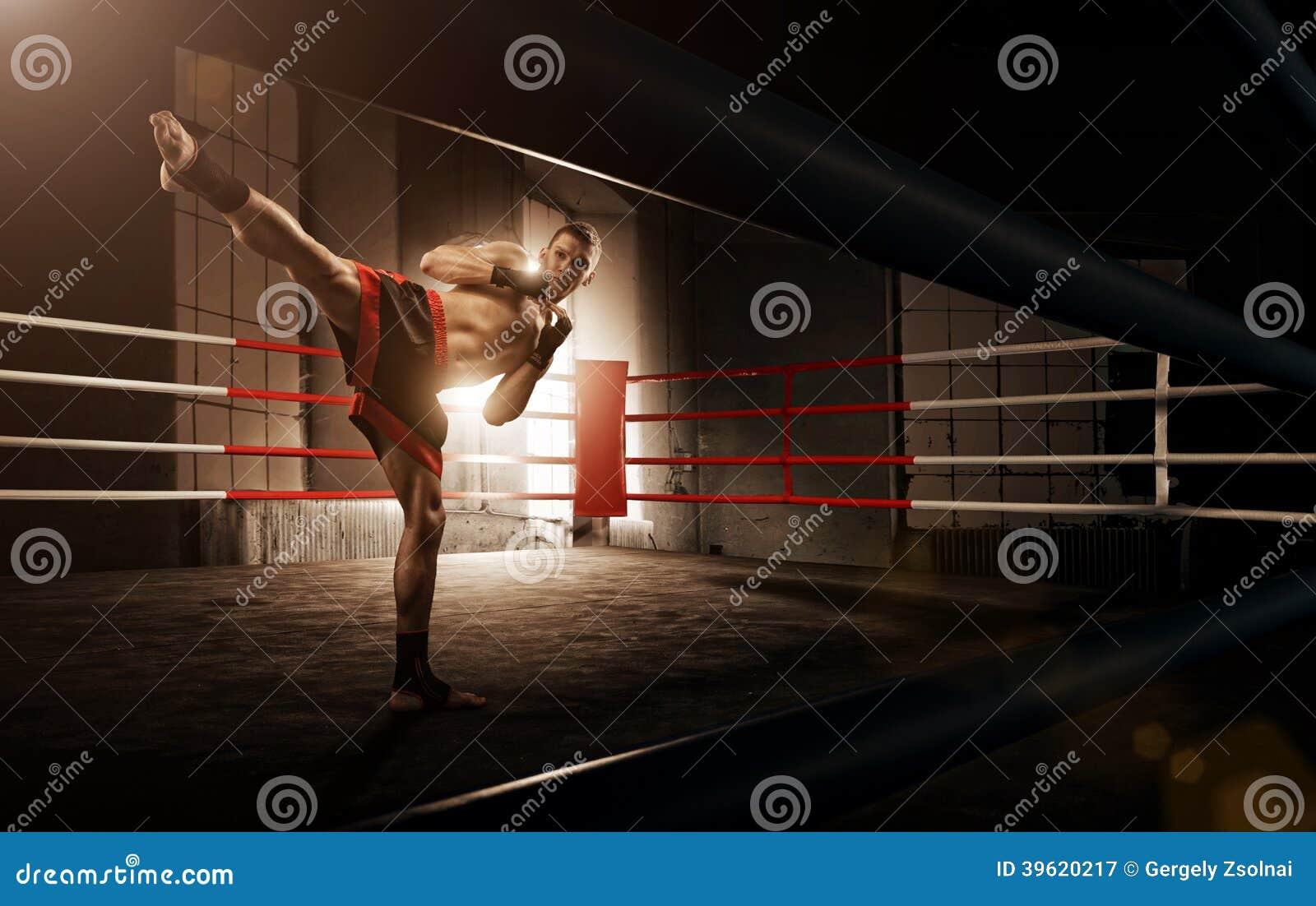 Молодой человек kickboxing в арене