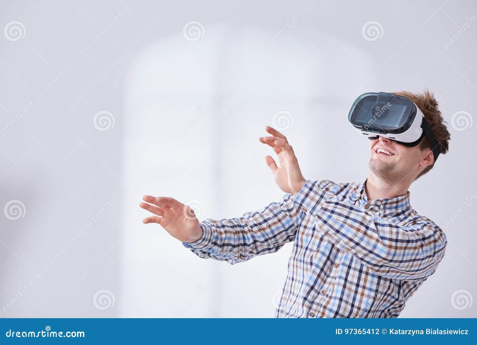 Молодой gamer в мире кибер