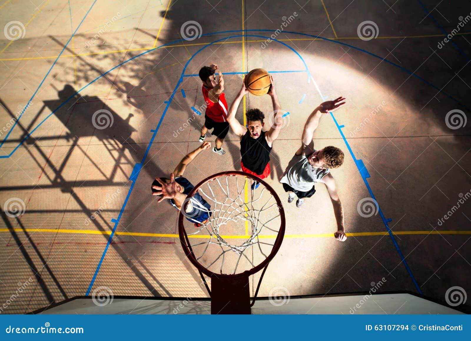 Молодые баскетболисты играя с энергией
