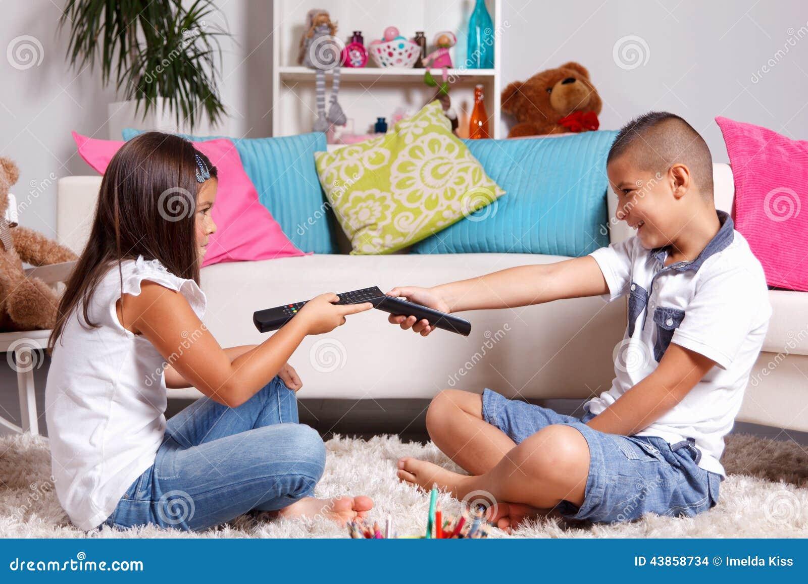 Молодые близнецы споря о смотреть ТВ