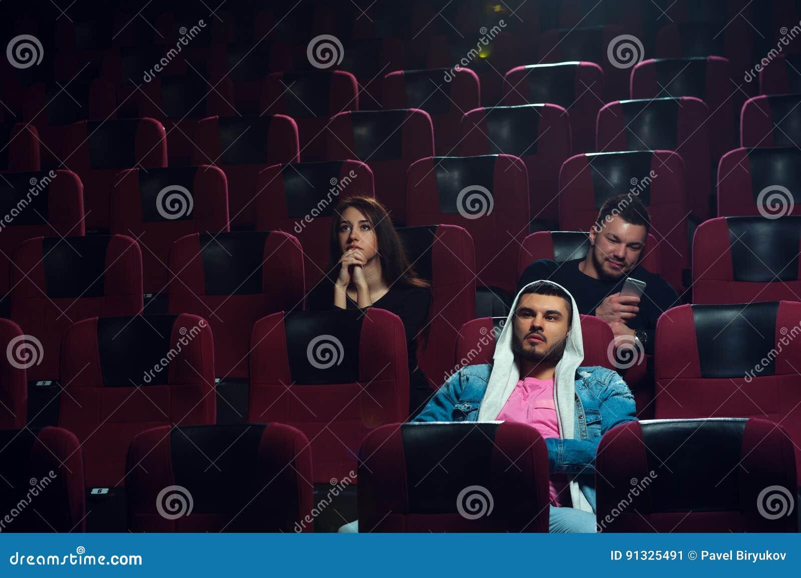 Фото молодые в кинотеатре фото 419-635