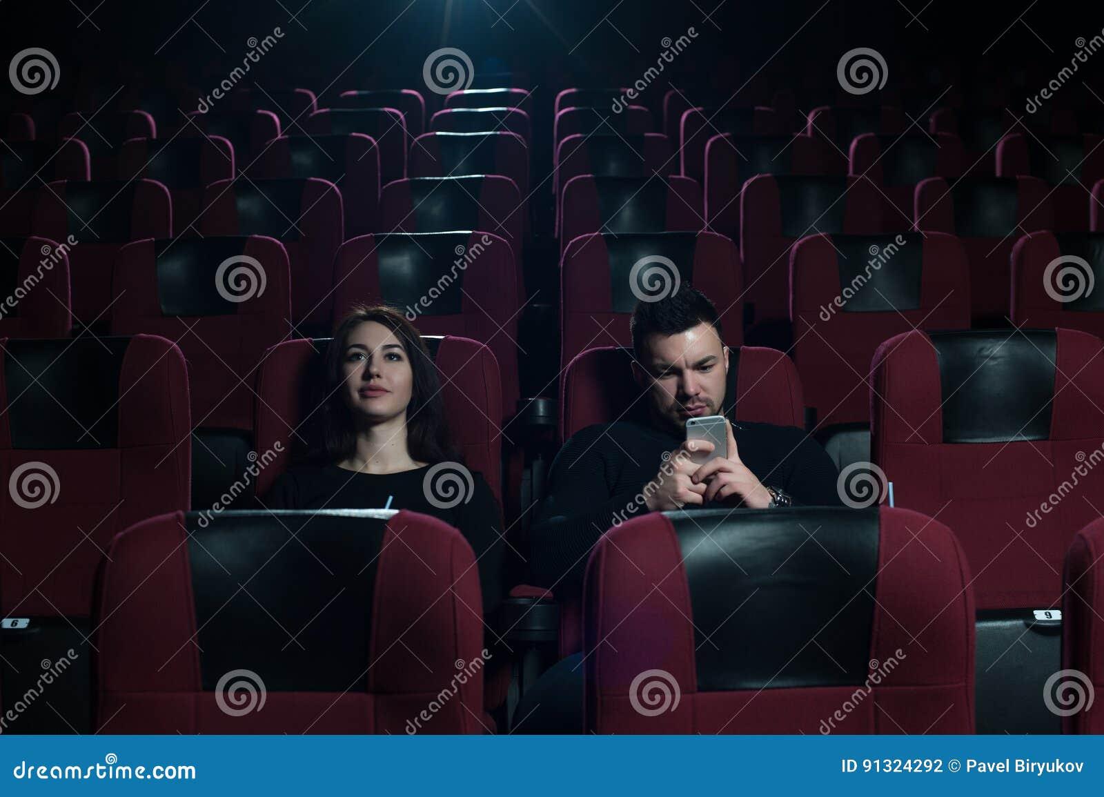 Фото молодые в кинотеатре фото 419-581