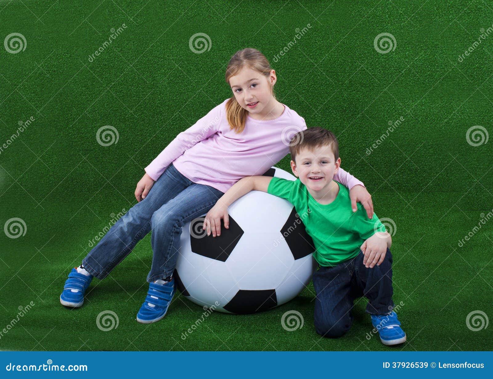 Молодые парни с огромным футбольным мячом