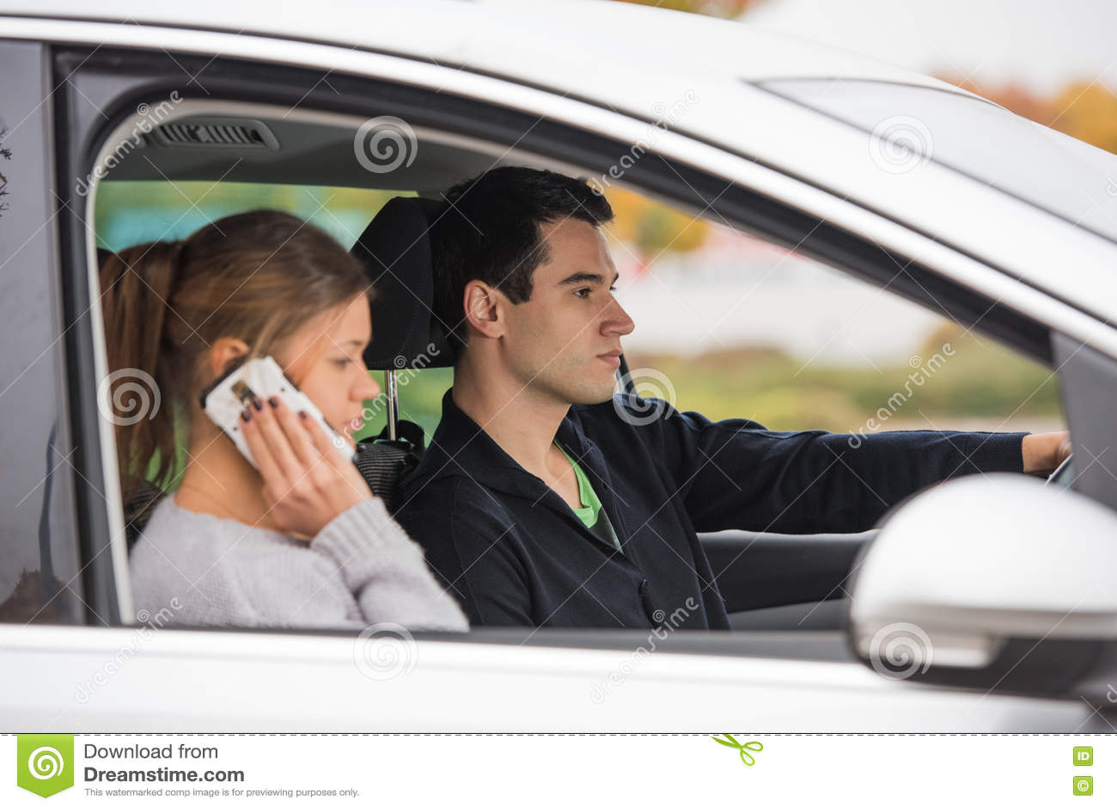 Молодые пары в автомобиле