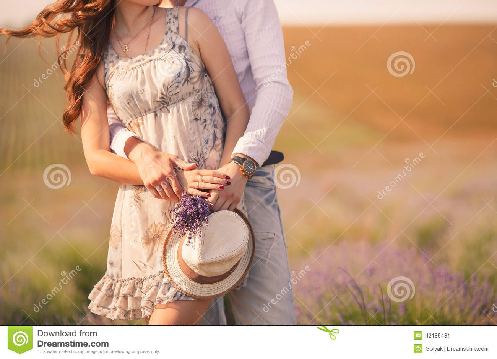 Молодые пары в влюбленности напольной