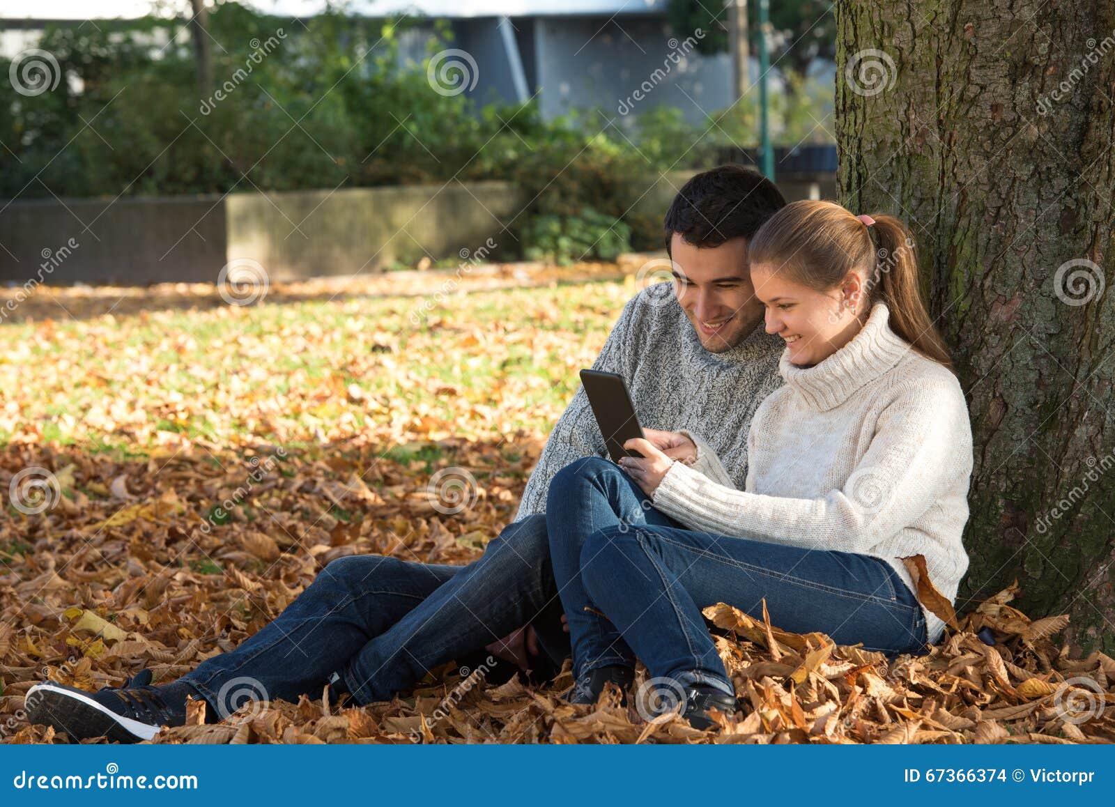 Молодые пары в парке