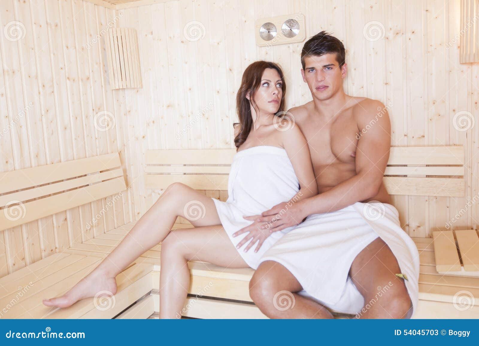 molodaya-parochka-v-saune