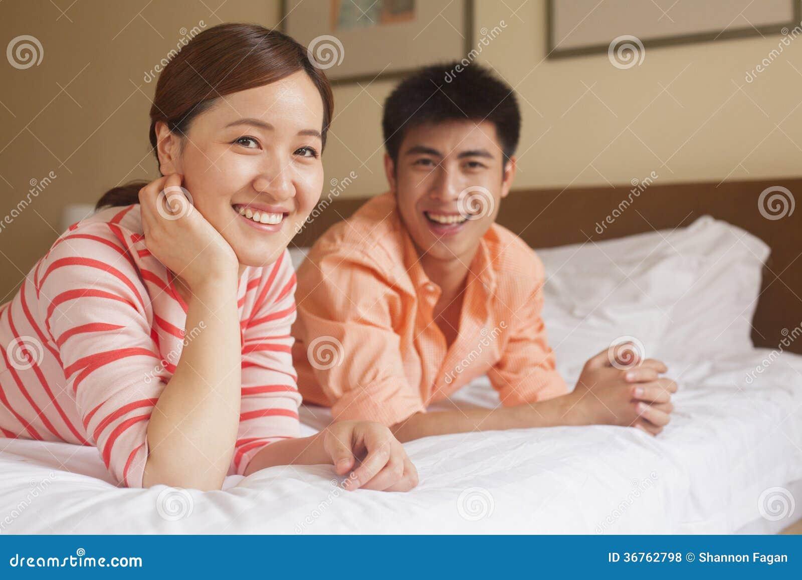 Молодая пара на кровати видео полезные