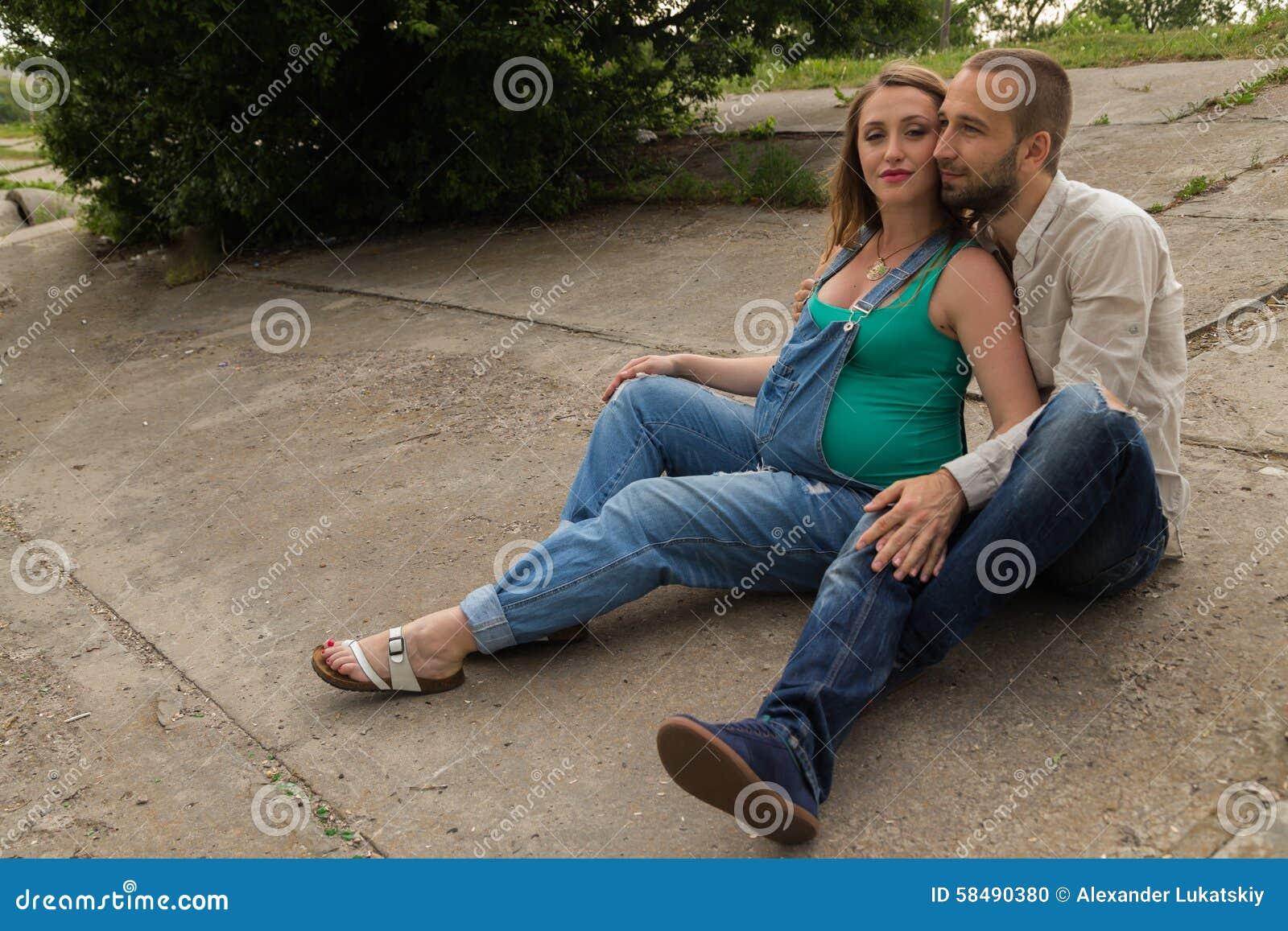 молодая пара на даче видео обхватил