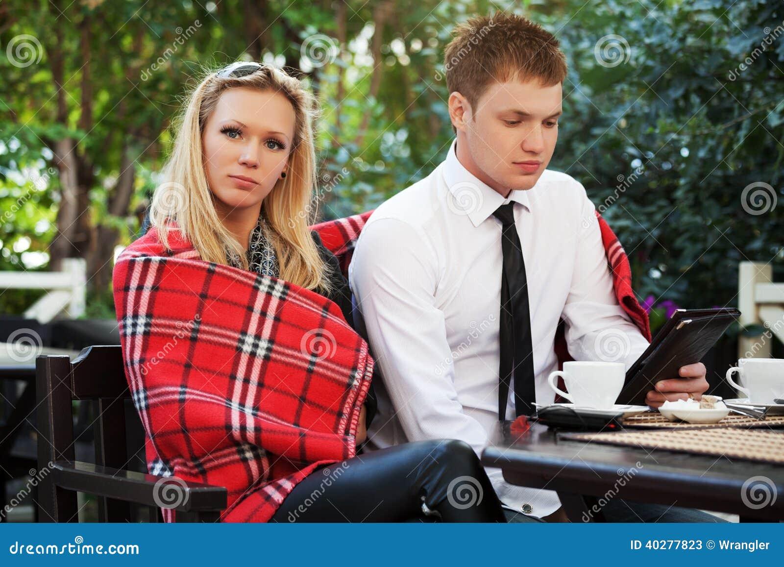 Молодые пары на кафе тротуара