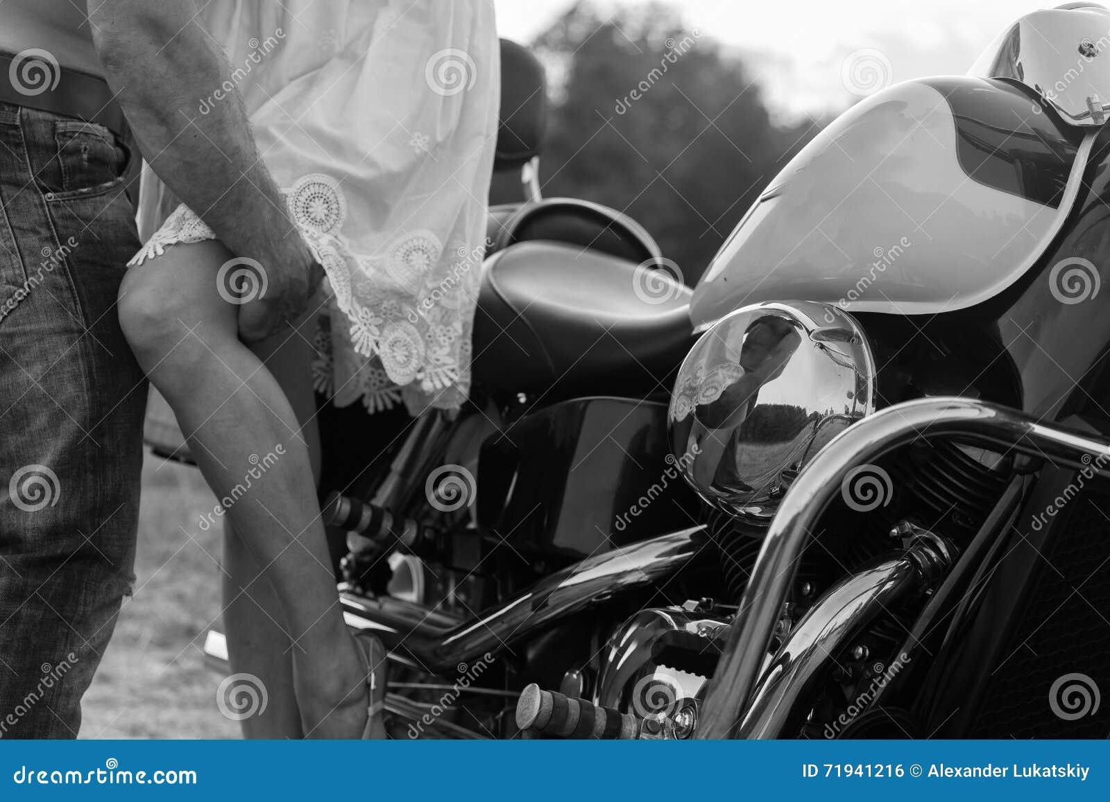 Молодые пары на мотоцикле в поле