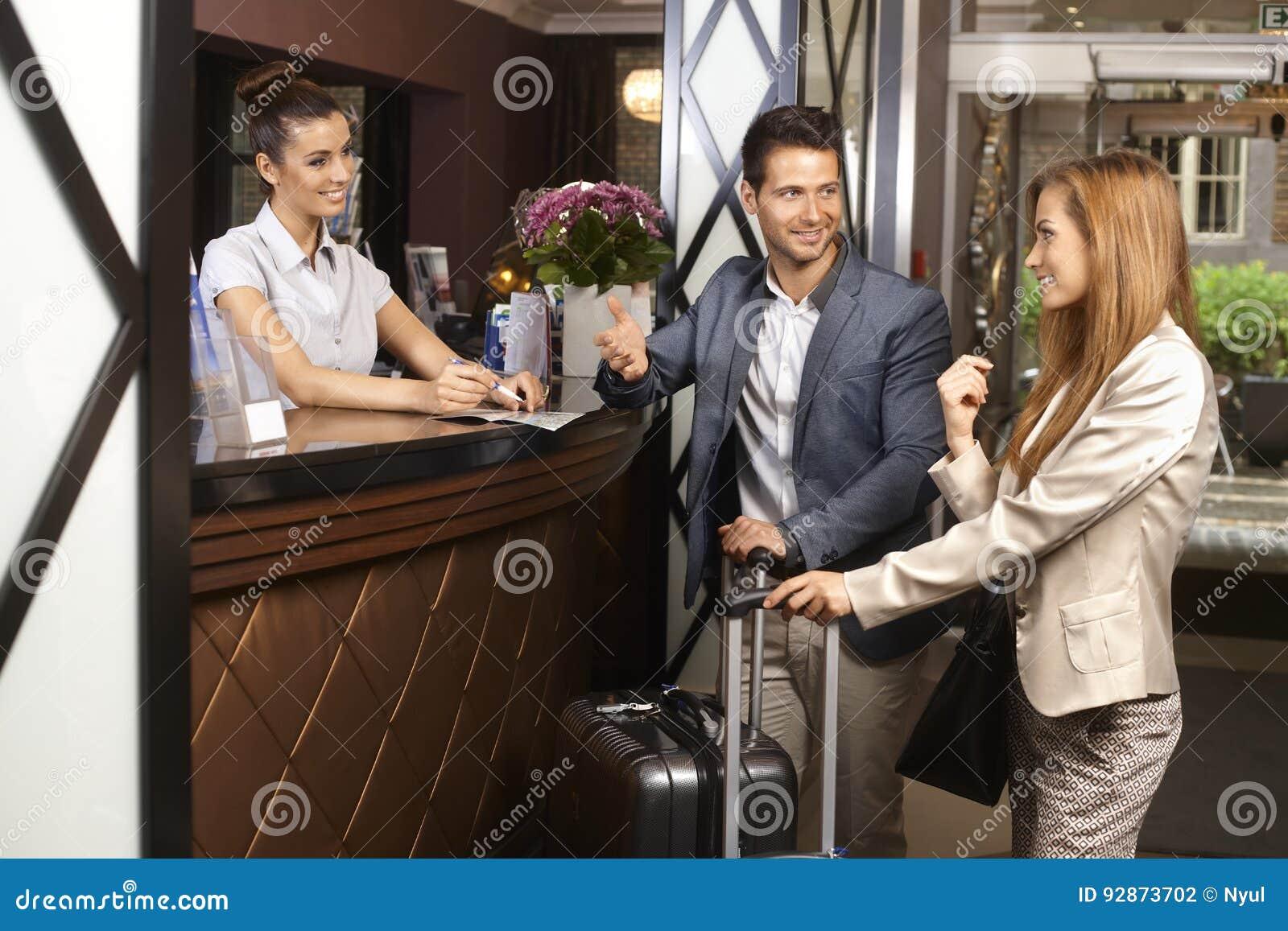 Молодые пары на приеме гостиницы