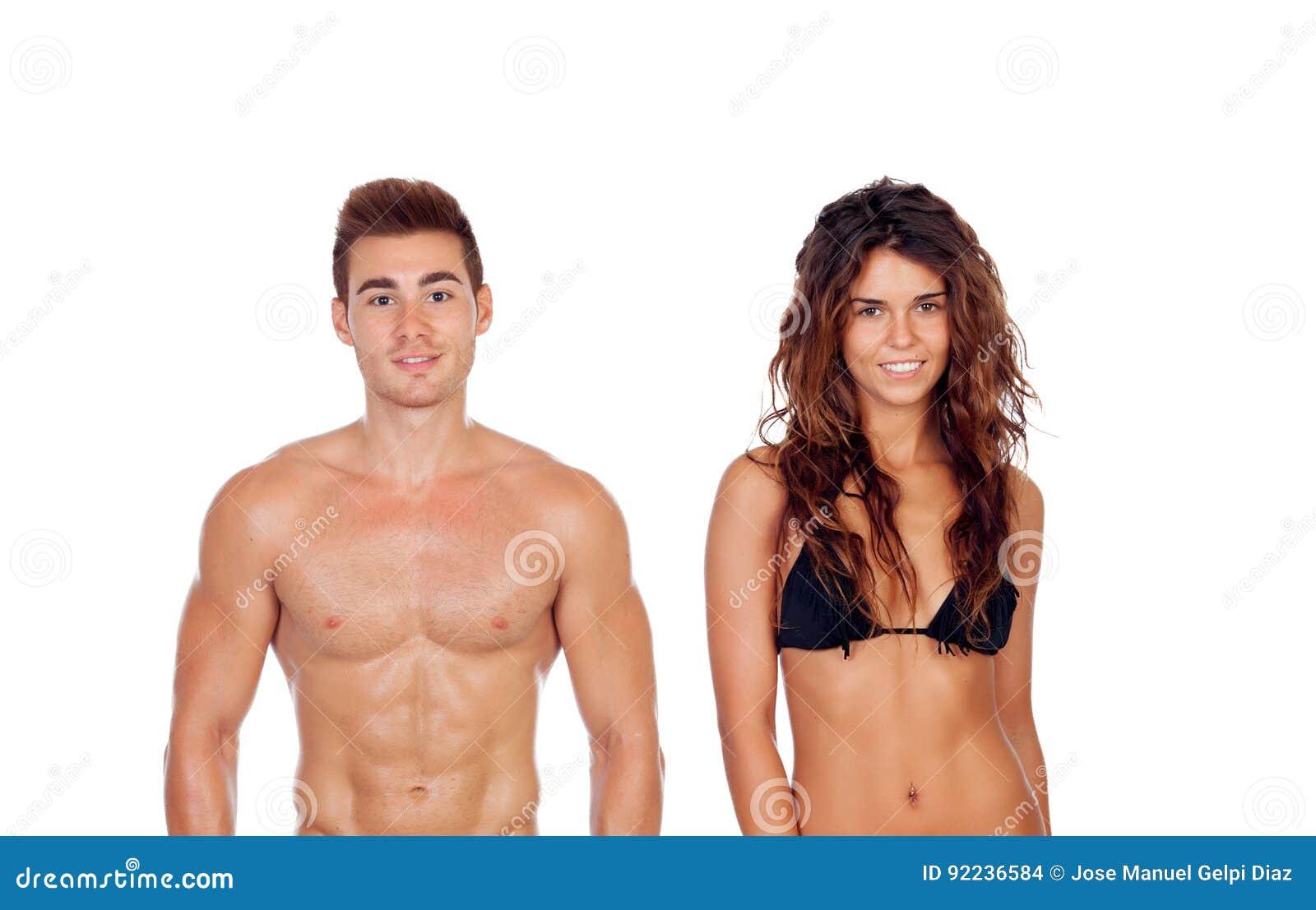 Молодые пары показывая их совершенные тела изолированные на белом ба