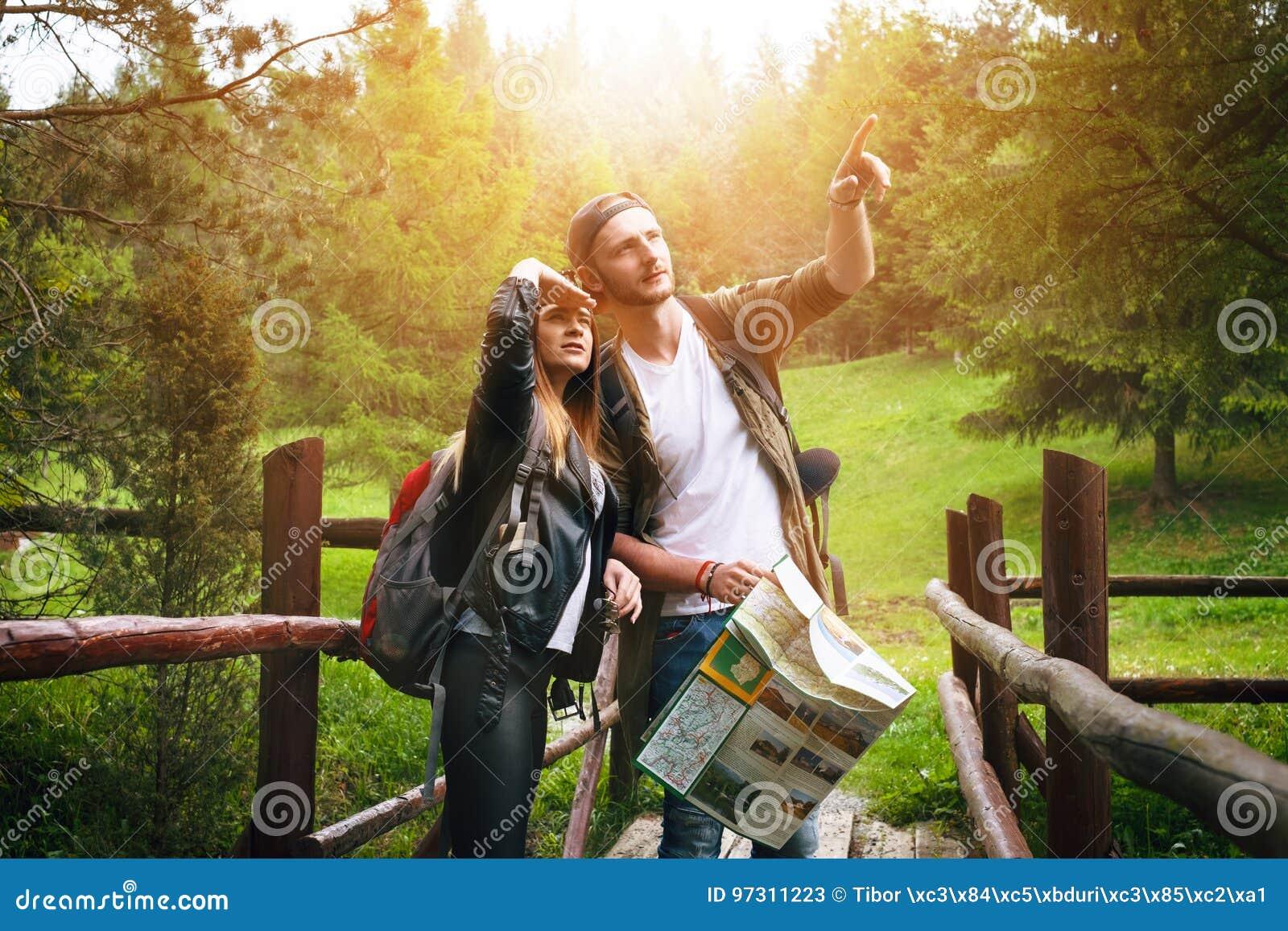 Молодые пары путешествуя в природе счастливые люди Образ жизни перемещения
