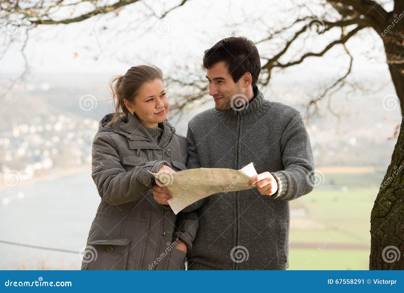 Молодые пары с картой