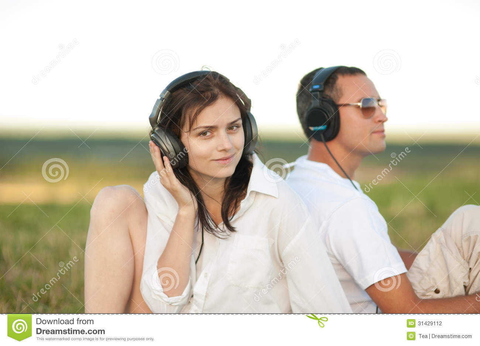 Молодые пары слушая к музыке