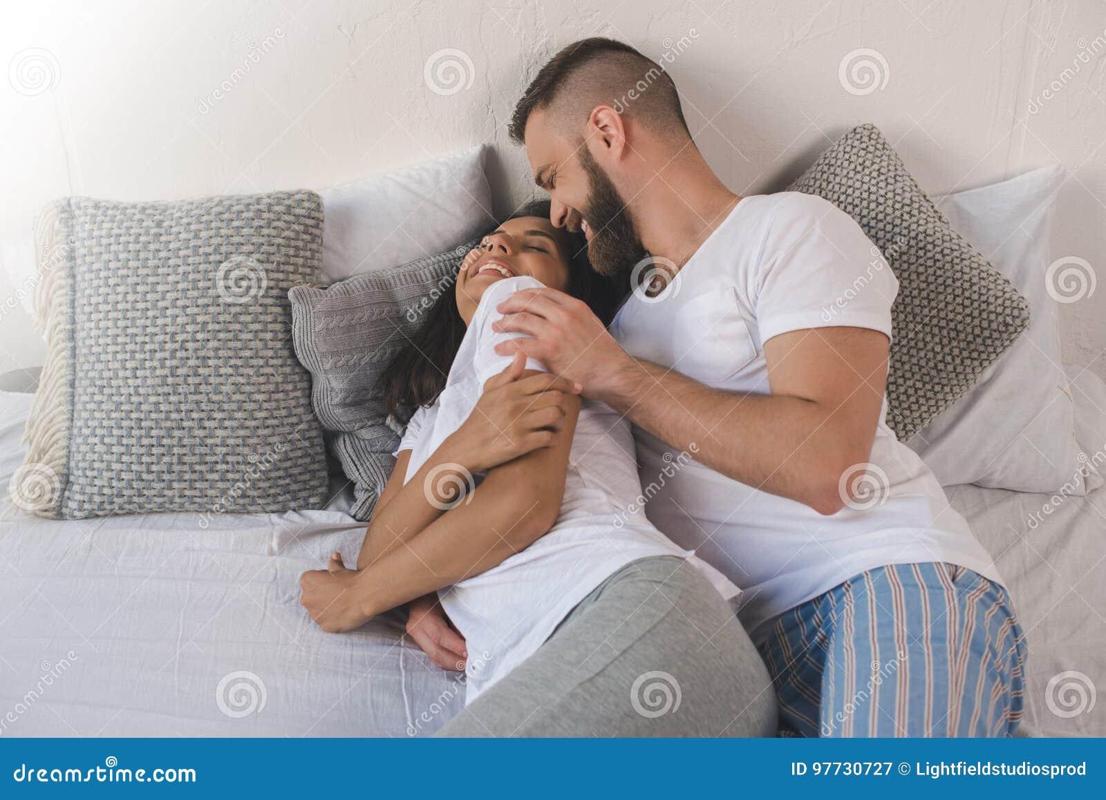 старики целуются и обнимаются в постели - 2
