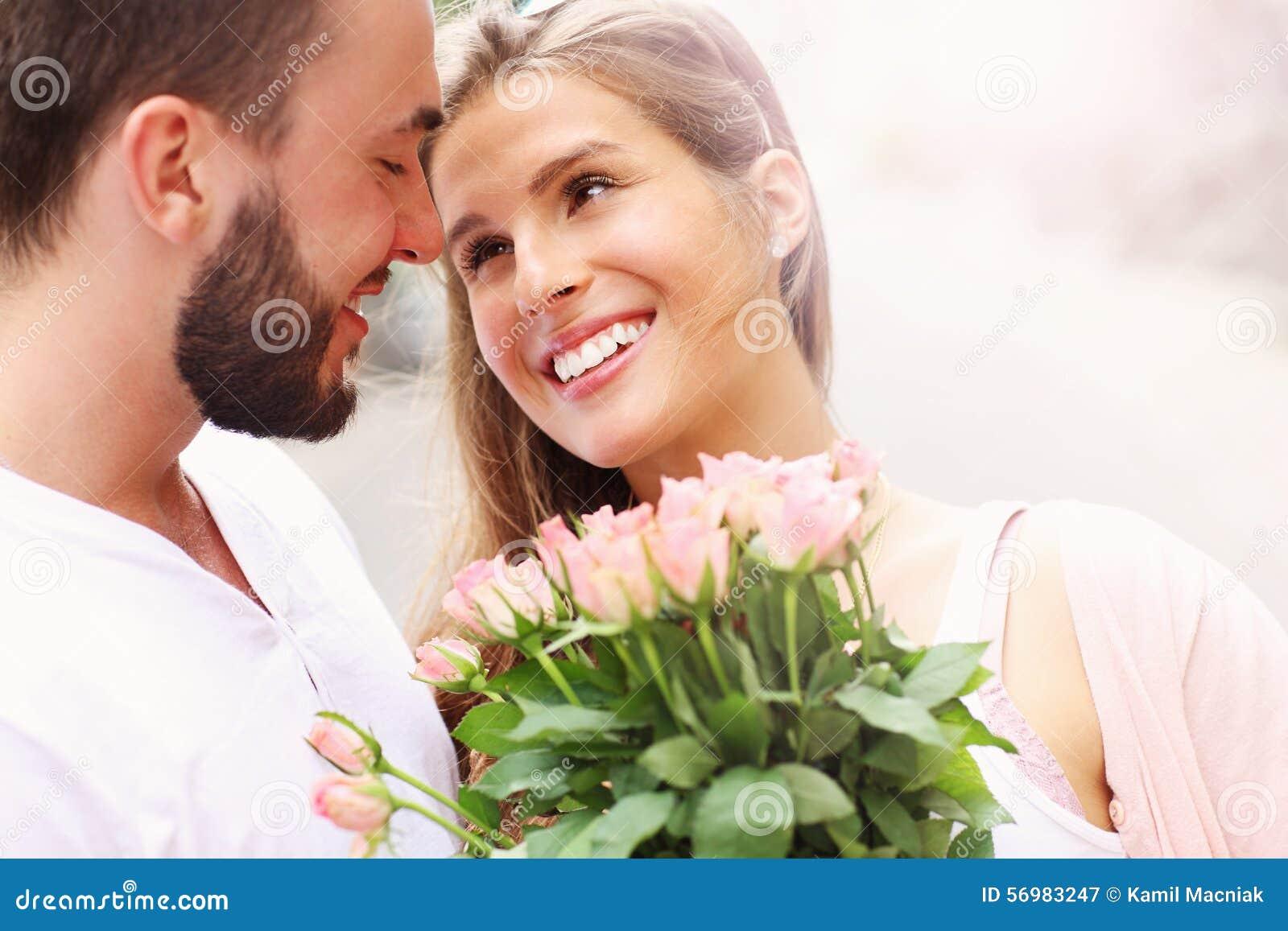 Молодые романтичные пары с цветками