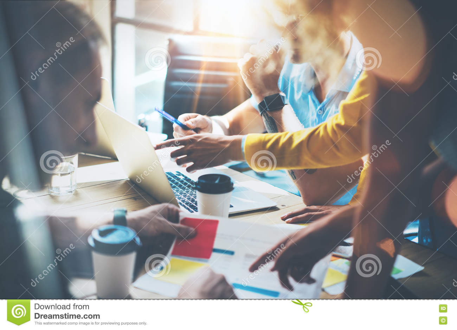 Молодые сотрудники группы делая большие деловые решения Студия концепции работы обсуждения команды маркетинга корпоративная ново