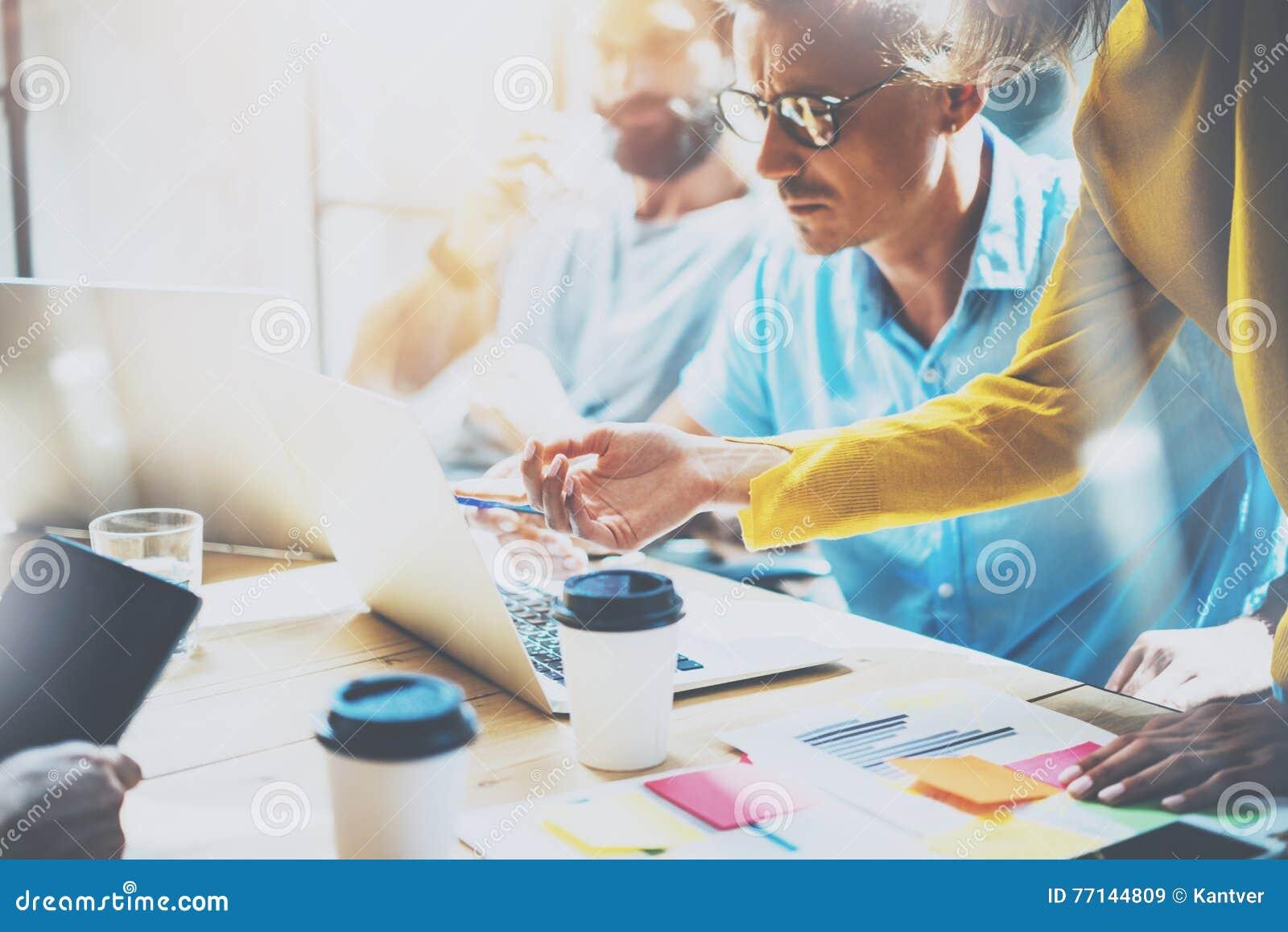 Молодые сотрудники группы делая большие деловые решения Студия концепции работы творческого обсуждения команды корпоративная Новы