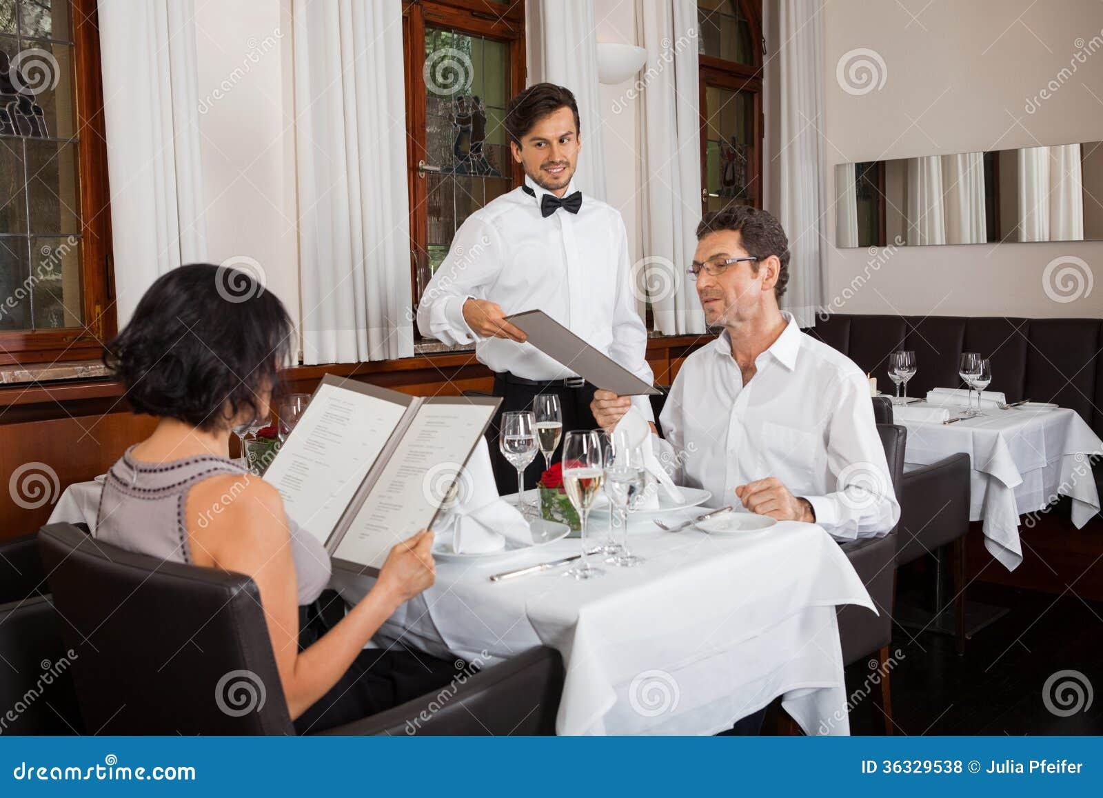 Молодые усмехаясь пары на ресторане