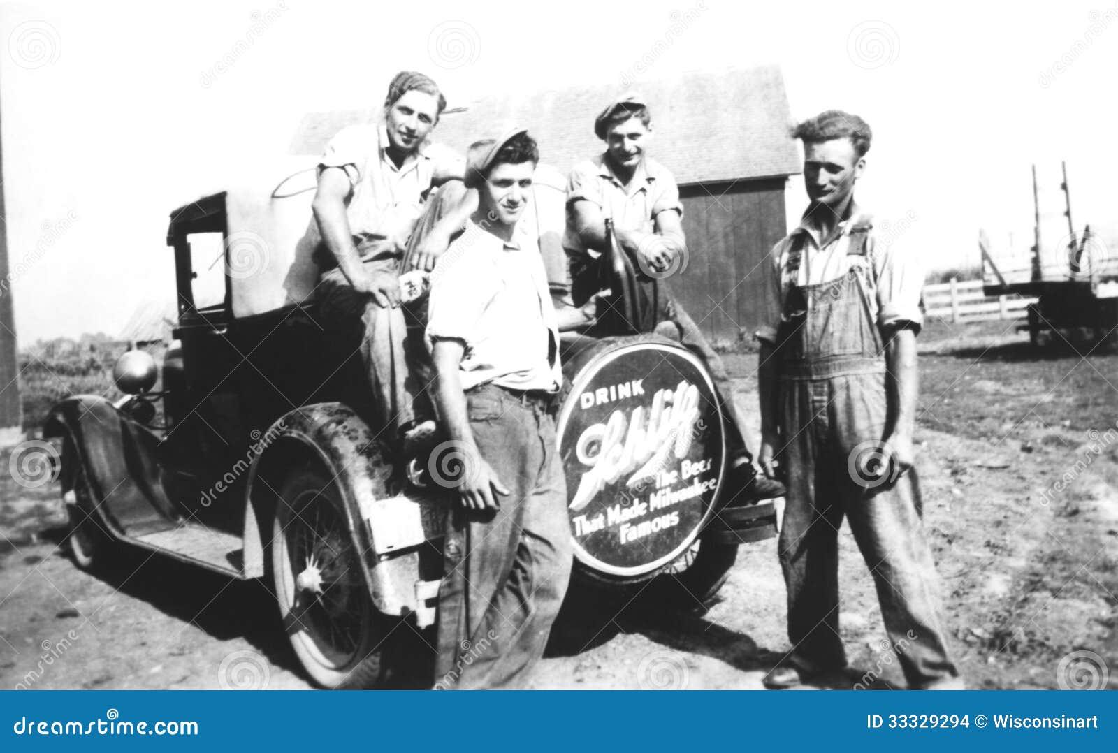 Молодые человеки винтажного фото на ферме и модели t