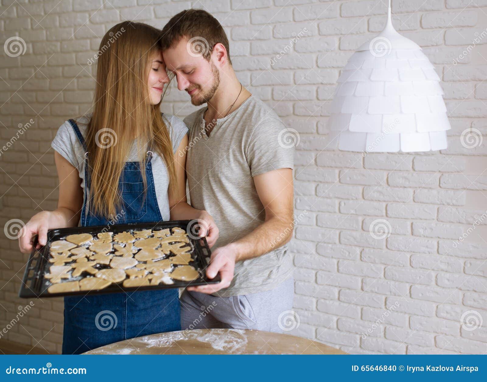 Молодые люди варит печенья имбиря на день валентинки St