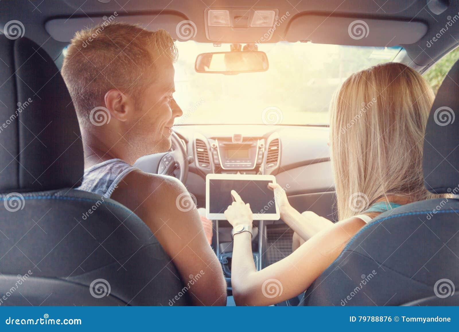 Молодые люди наслаждаясь roadtrip в автомобиле