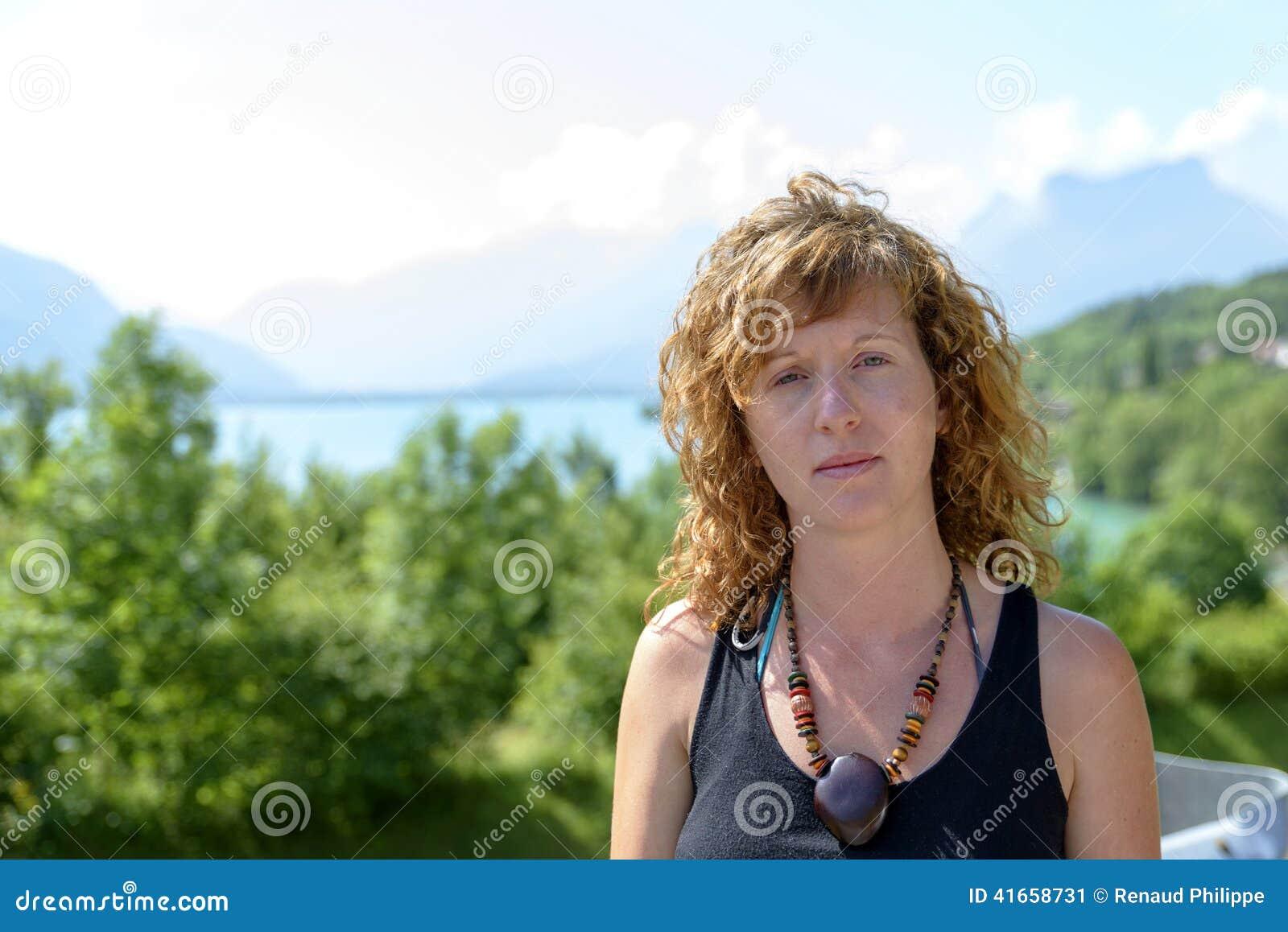 Молодые redhead и естественное сидят в горе