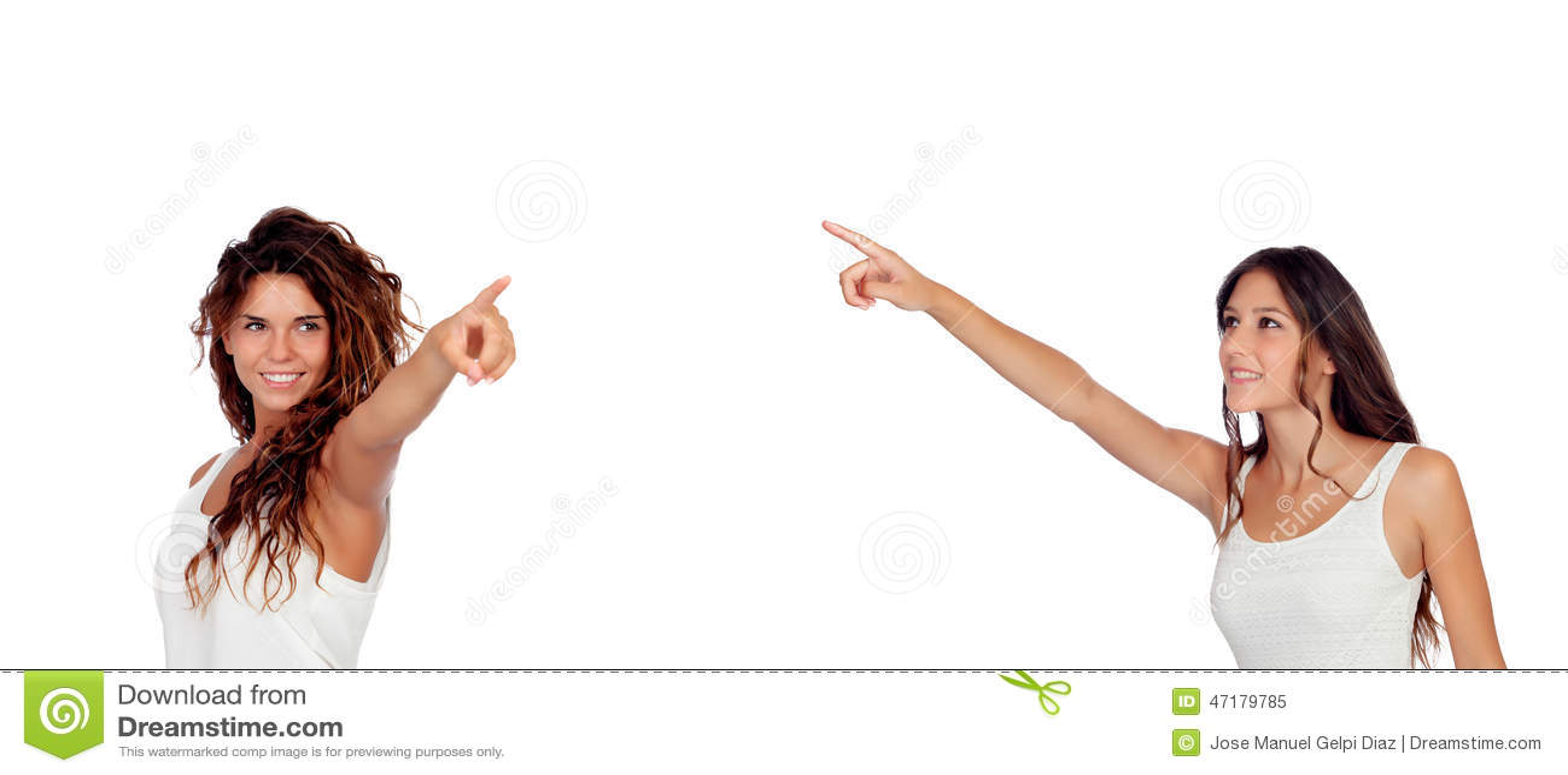 2 молодых милых девушки показывая что-то