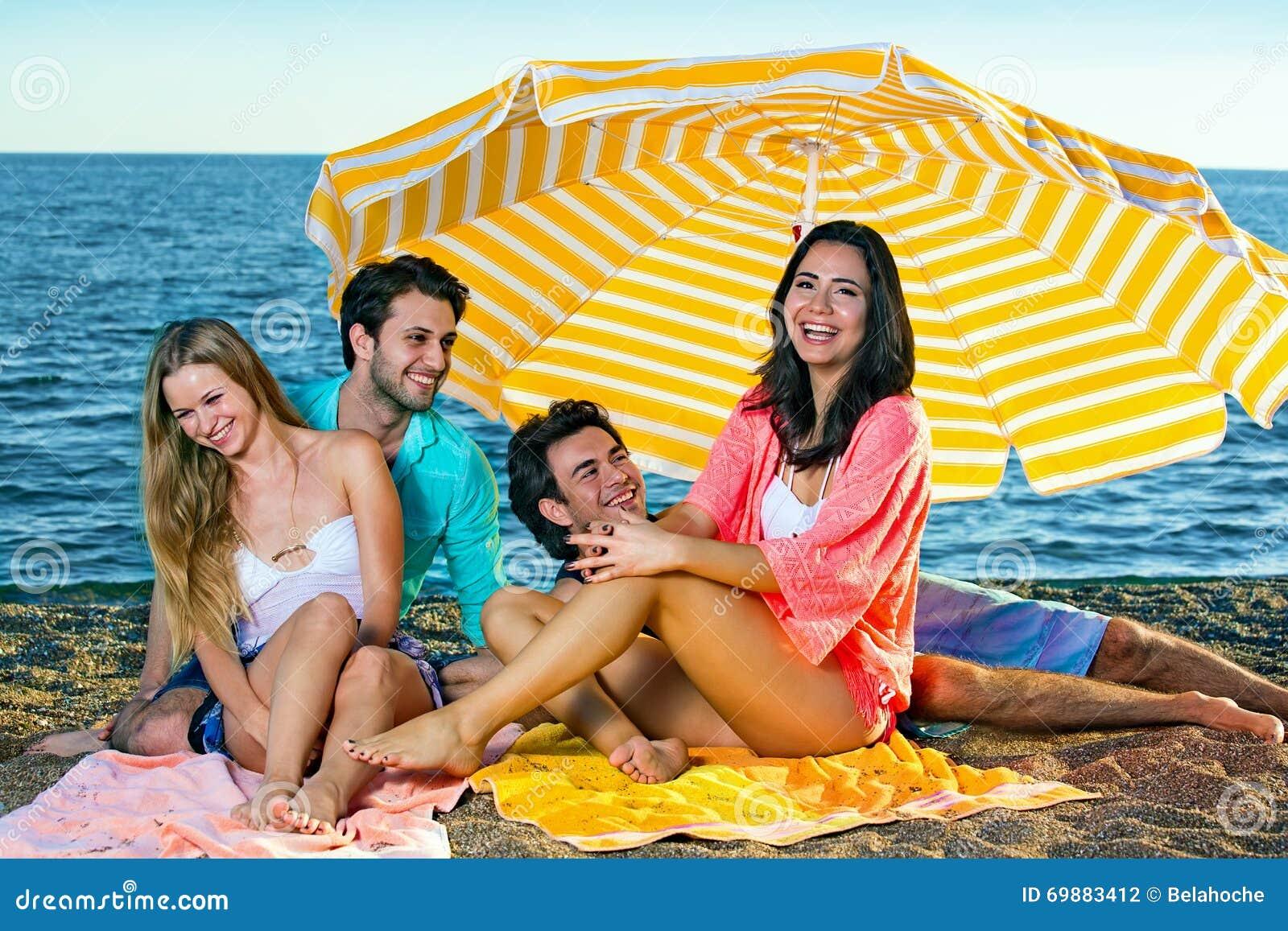 Молодые пары на пляже фото 636-274