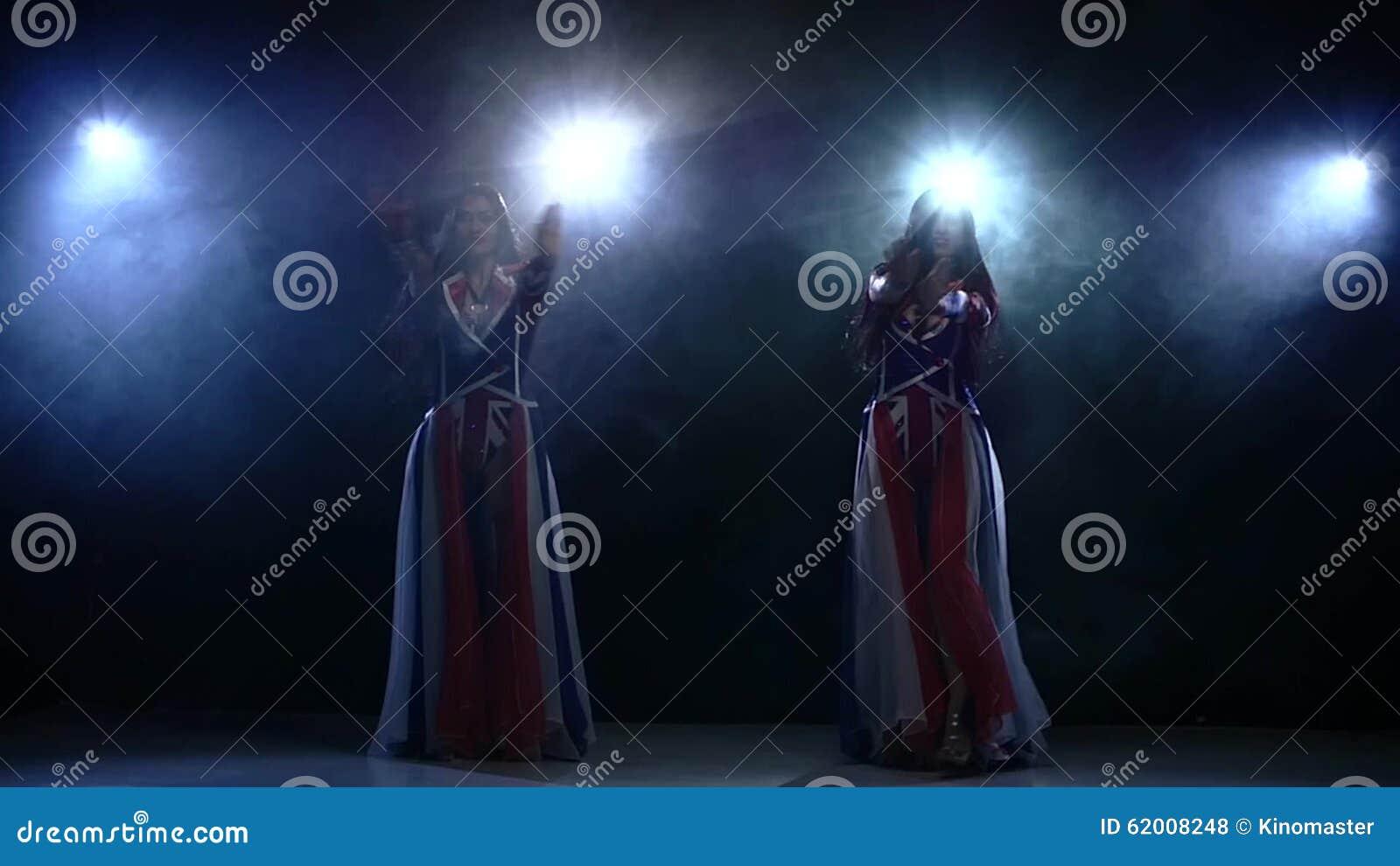Молодые девочки медленно танцуют стриптиз