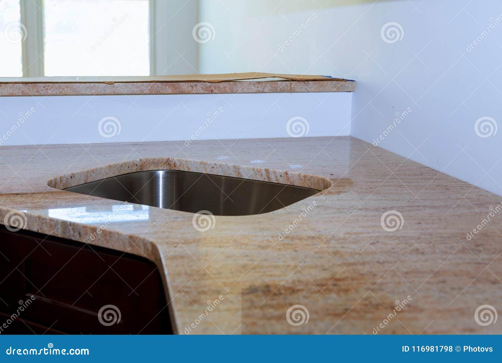 Мраморная таблица встречной верхней части в комнате кухни