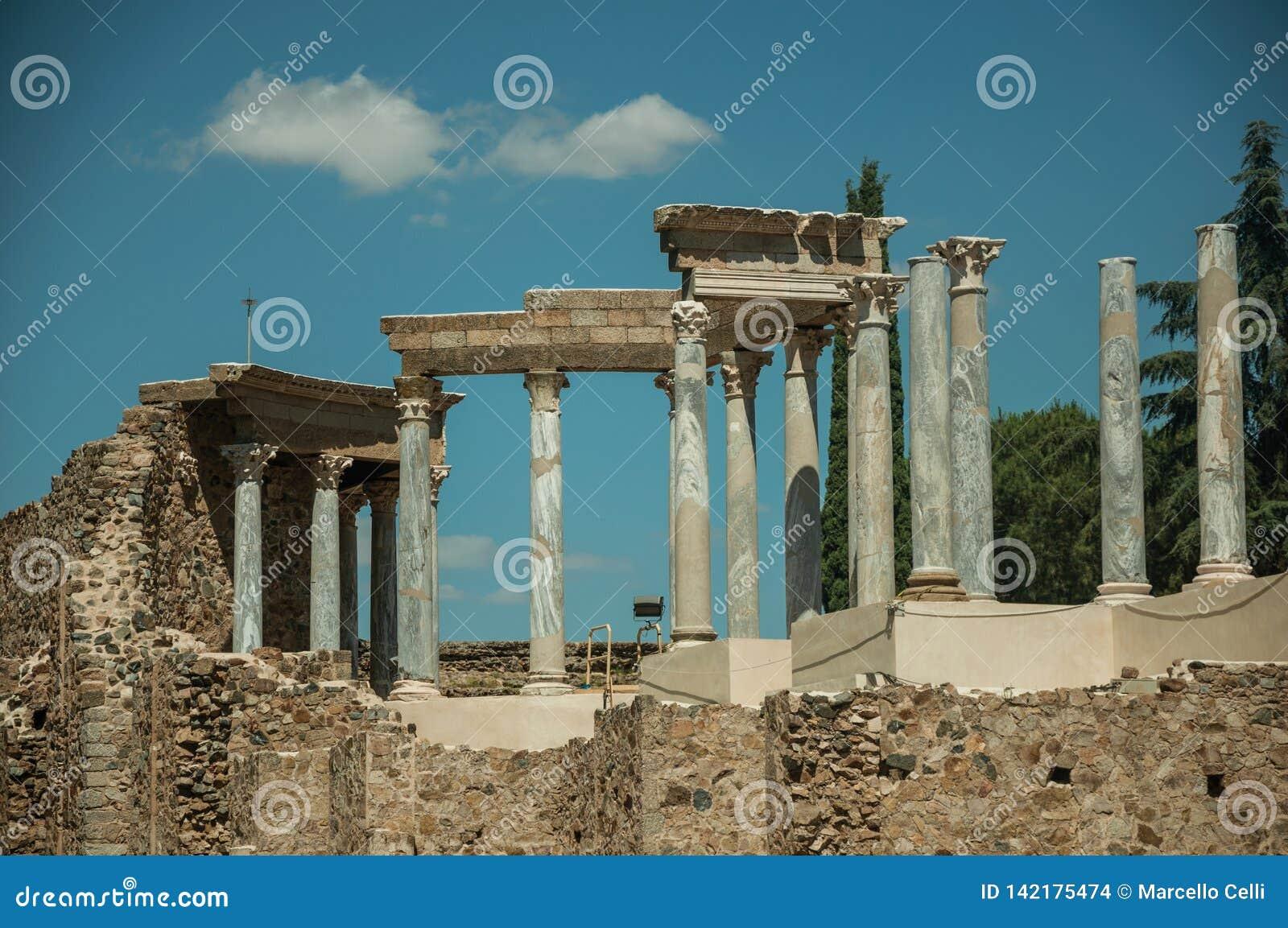Мраморные столбцы и architrave в римском театре на Мериде
