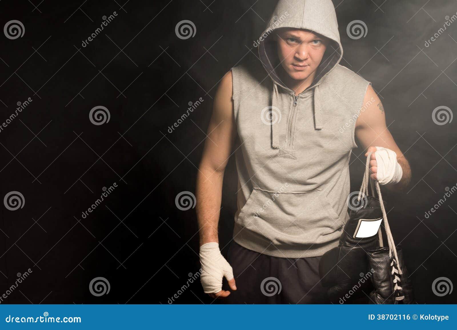 Мрачный смотря боксер выходя бой после поражения