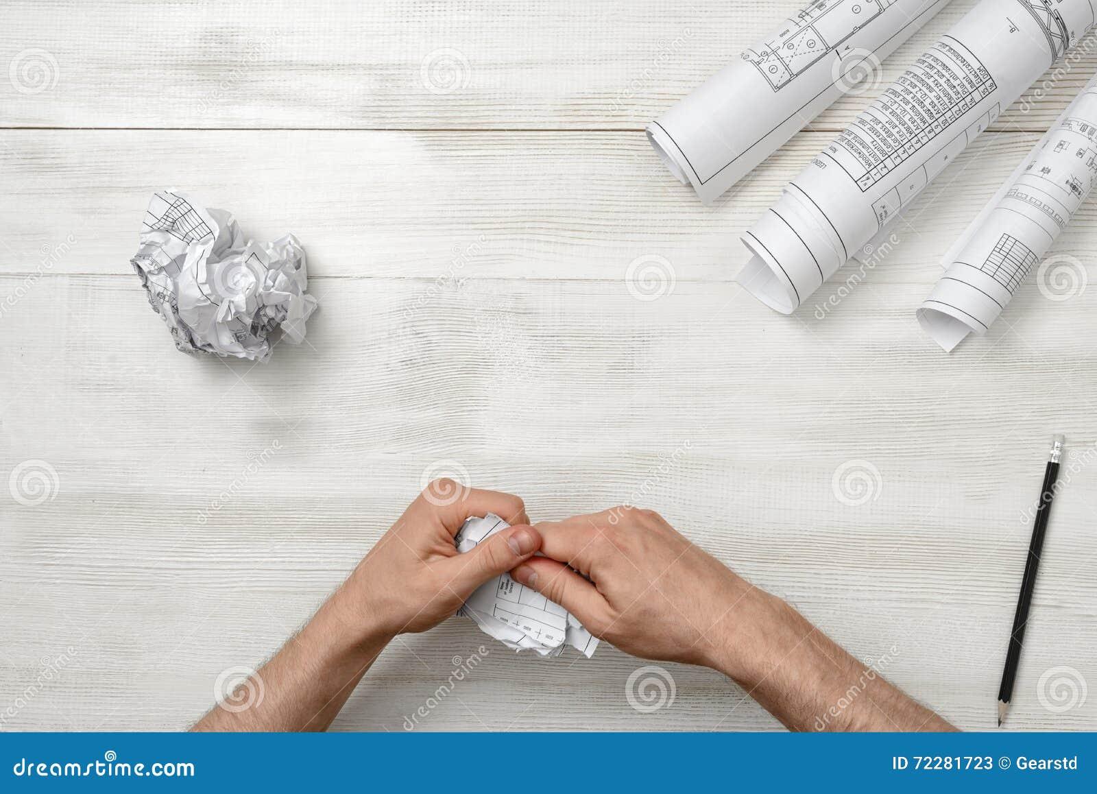 Download Мужеские руки срывая плохого архитектора рисуя к частям Слабонервное состояние Стоковое Изображение - изображение насчитывающей промышленно, фрустрация: 72281723