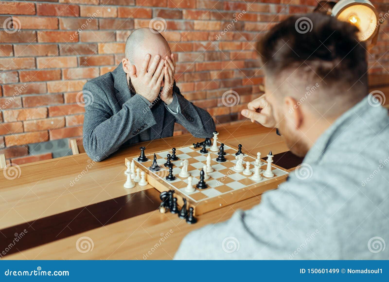 Мужские шахматисты играя, белые выигрыши, ответная часть