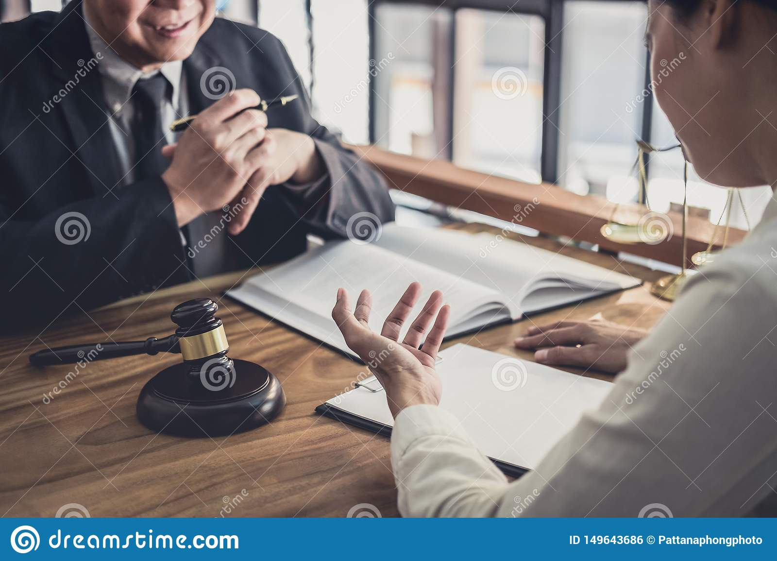 Мужские юрист или судья посоветовать с иметь встречу команды с клиентом коммерсантки, концепцией закона и юридических служб