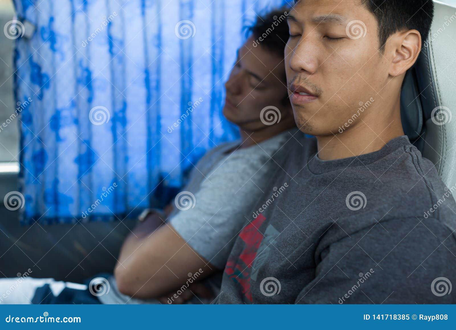 2 мужских туристских пассажира спать на автобусе
