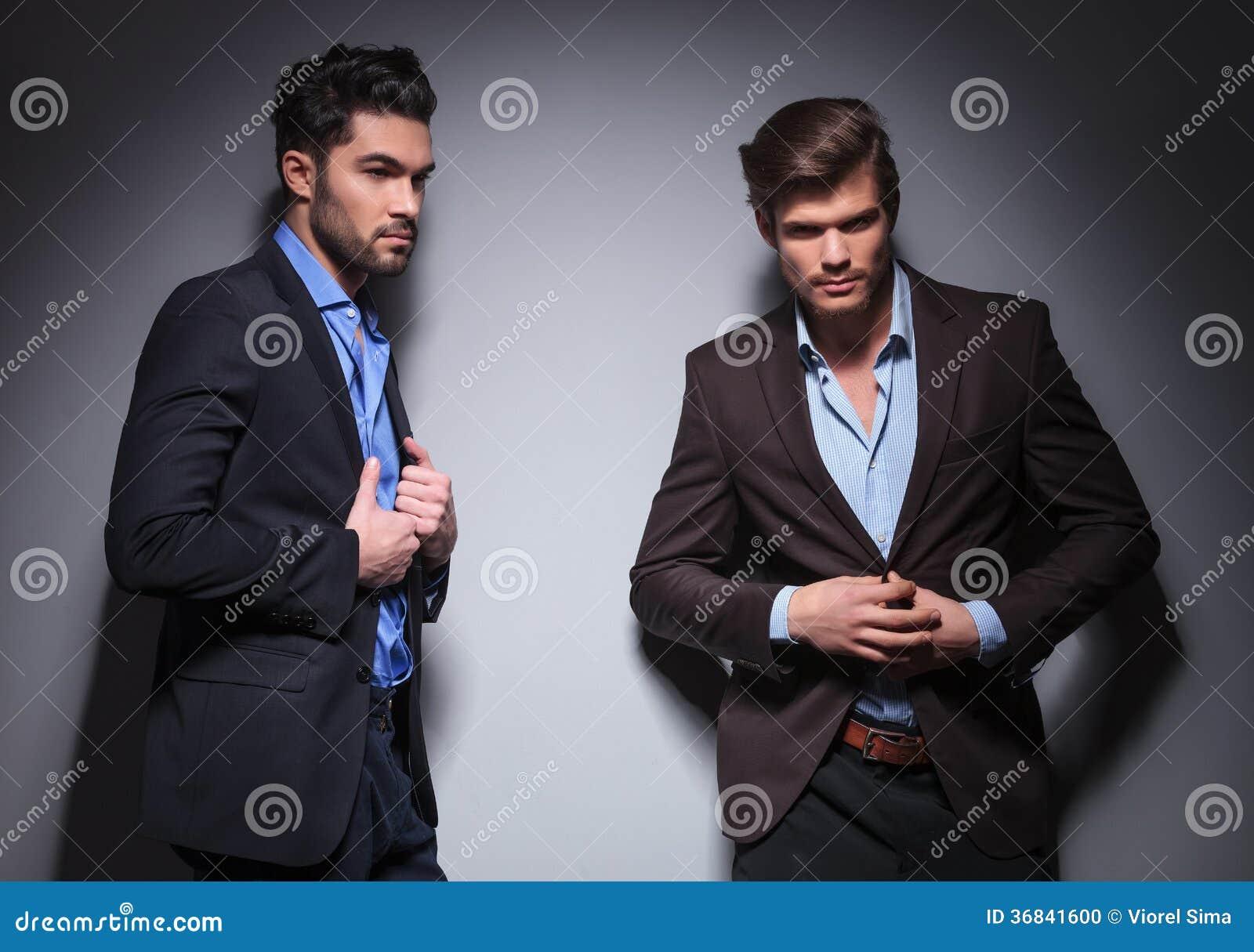 2 мужских фотомодели представляя в студии