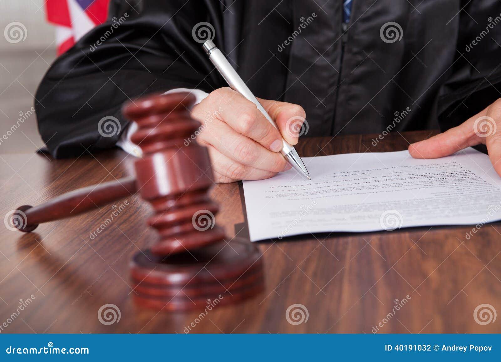 Мужское сочинительство судьи на бумаге